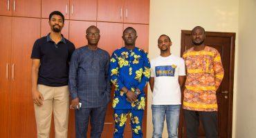 Un journaliste Béninois Libéré de Détention rend Visite à la MFWA à Accra pour Exprimer sa Reconnaissance
